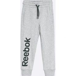 Reebok - Spodnie dziecięce 104-164 cm. Szare spodnie chłopięce marki Reebok, l, z dzianiny, z okrągłym kołnierzem. W wyprzedaży za 79,90 zł.