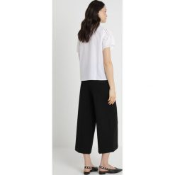 Vince Camuto SCALLOPED EYELET BLOUSE Bluzka ultra white. Białe bluzki damskie Vince Camuto, xs, z bawełny. Za 379,00 zł.