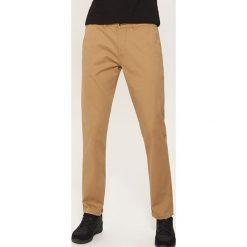 Spodnie typu chino - Beżowy. Brązowe chinosy męskie House. Za 99,99 zł.