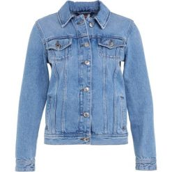 Tommy Jeans REGULAR TRUCKER JACKET Kurtka jeansowa light blue rigid. Niebieskie kurtki damskie jeansowe marki Tommy Jeans, m. W wyprzedaży za 419,30 zł.
