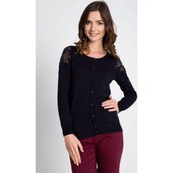 Klasyczny zapinany sweter QUIOSQUE. Szare kardigany damskie marki QUIOSQUE, uniwersalny, z dzianiny. W wyprzedaży za 49,99 zł.