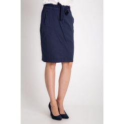 Granatowa spódnica z wiązaniem w pasie QUIOSQUE. Szare spódniczki dzianinowe QUIOSQUE, na lato, l, z haftami. W wyprzedaży za 39,99 zł.