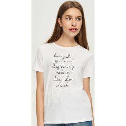 T-shirty damskie: T-shirt z kwiatową aplikacją – Biały