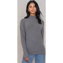 Rut&Circle Sweter Erica - Grey. Zielone swetry klasyczne damskie marki Rut&Circle, z dzianiny, z okrągłym kołnierzem. W wyprzedaży za 80,98 zł.