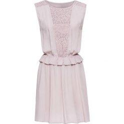 Sukienka z koronkową wstawką i falbaną bonprix dymny różowy. Czerwone sukienki koronkowe marki bonprix, w koronkowe wzory. Za 69,99 zł.