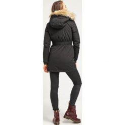 Modström GONE Płaszcz puchowy black. Czarne płaszcze damskie puchowe marki NOFX, s, z nadrukiem, z okrągłym kołnierzem. W wyprzedaży za 591,75 zł.