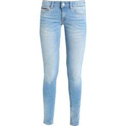 Tommy Jeans LOW RISE SKINNY SOPHIE Jeans Skinny Fit dynamic laguna light blue stretch. Niebieskie jeansy damskie relaxed fit marki Tommy Jeans. W wyprzedaży za 356,85 zł.