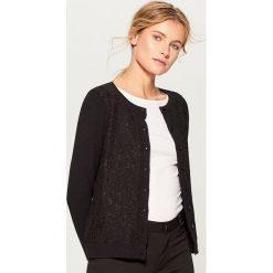 Rozpinany sweter z kwiatową aplikacją - Czarny. Czarne kardigany damskie Mohito, l, z aplikacjami. Za 99,99 zł.