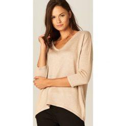 Luźny sweter z brokatowym połyskiem - Beżowy. Brązowe swetry klasyczne damskie marki Mohito, l. W wyprzedaży za 39,99 zł.