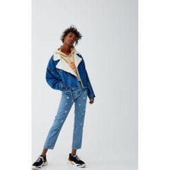 Jeansy mom fit z przetarciami na całej powierzchni. Niebieskie jeansy damskie relaxed fit Pull&Bear. Za 109,00 zł.