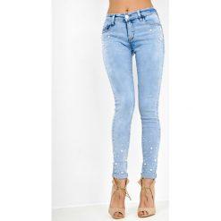Jeansy damskie: Jasne jeansy rurki z perełkami