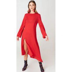 NA-KD Boho Asymetryczna sukienka z głębokim rozcięciem - Red. Niebieskie sukienki asymetryczne marki NA-KD Boho, na imprezę, w koronkowe wzory, z koronki, boho, na ramiączkach, mini. W wyprzedaży za 16,38 zł.