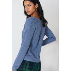 Swetry oversize damskie: Josefin Ekström for NA-KD Sweter z głębokim dekoltem V – Blue