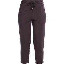 Juvia CROPPED PANT PLAIN Spodnie treningowe plum. Fioletowe spodnie dresowe damskie Juvia, s, z elastanu. W wyprzedaży za 349,30 zł.