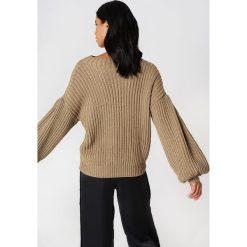 NA-KD Sweter z dzianiny z bufiastym rękawem - Beige. Brązowe swetry klasyczne damskie NA-KD, z dzianiny, z golfem. Za 121,95 zł.