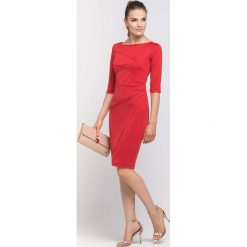 Czerwona Sukienka Ołówkowa z Ozdobnymi Przeszyciami. Czerwone sukienki balowe marki Molly.pl, do pracy, l, z tkaniny, z klasycznym kołnierzykiem, ołówkowe. Za 149,90 zł.