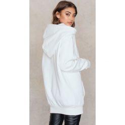 Bluzy rozpinane damskie: Vanessa Moe x NA-KD Bluza oversize z kapturem - White