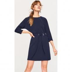 Sukienka z wiązaniem w talii - Granatowy. Niebieskie sukienki z falbanami marki Reserved, l. Za 79,99 zł.