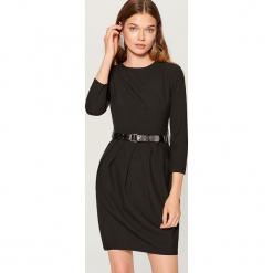 Tulipanowa sukienka z paskiem - Czarny. Czarne sukienki z falbanami marki Cropp, l. Za 169,99 zł.