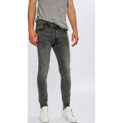 Wrangler - Jeansy Strangler. Szare jeansy męskie skinny Wrangler, z bawełny. Za 349,90 zł.