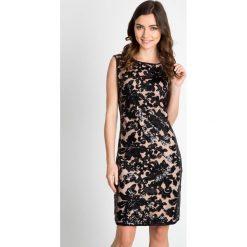 Ołówkowa sukienka z cekinowym wzorem QUIOSQUE. Szare sukienki dzianinowe marki QUIOSQUE, z kopertowym dekoltem, z krótkim rękawem, mini, kopertowe. W wyprzedaży za 99,99 zł.