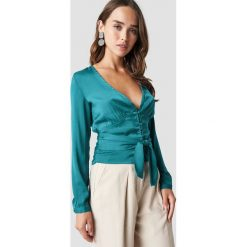 NA-KD Koszula na guziki z wiązaniem - Green,Turquoise. Zielone koszule wiązane damskie marki NA-KD, z poliesteru, dekolt w kształcie v, z długim rękawem. Za 100,95 zł.