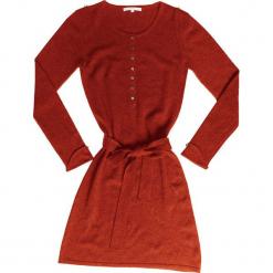 Sukienka kaszmirowa w kolorze musztardowym. Brązowe sukienki na komunię marki Ateliers de la Maille, na imprezę, z kaszmiru, z okrągłym kołnierzem, midi. W wyprzedaży za 545,95 zł.