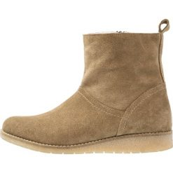KIOMI Botki na koturnie taupe. Brązowe buty zimowe damskie KIOMI, z materiału, na koturnie. W wyprzedaży za 209,50 zł.
