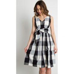 Sukienki: Rozkloszowana sukienka w kratę BIALCON