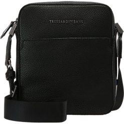 Trussardi Jeans OTTAWA Torba na ramię black. Czarne torby na ramię męskie marki Trussardi Jeans, z jeansu, na ramię, małe. W wyprzedaży za 335,20 zł.