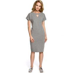 MIMI Sukienka ołówkowa z ozdobną stójką - szara. Szare sukienki balowe Moe, na co dzień, s, z bawełny, ze stójką, ołówkowe. Za 109,99 zł.