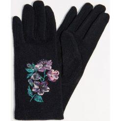 Rękawiczki z wełną i kwiatowym haftem - Czarny. Czarne rękawiczki damskie Mohito, z haftami, z wełny. Za 49,99 zł.