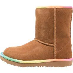 UGG CLASSIC SHORT II RAINBOW Botki chestnut. Brązowe buty zimowe damskie marki Ugg, z materiału. Za 629,00 zł.