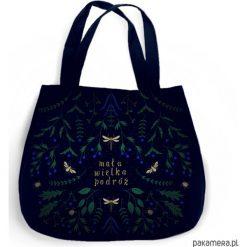 Torba XXL - Mała wielka podróż. Czarne torebki klasyczne damskie marki Pakamera, z nadrukiem, z bawełny, duże, z nadrukiem. Za 65,00 zł.