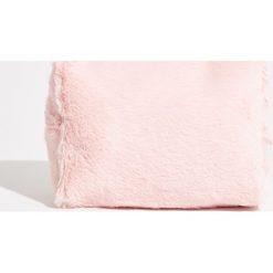 Pluszowa kosmetyczka - Różowy. Czerwone kosmetyczki damskie Sinsay. Za 24,99 zł.