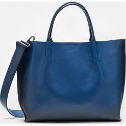 Granatowa torebka damska. Niebieskie torebki klasyczne damskie marki Kazar, w paski, ze skóry, duże. Za 799,00 zł.