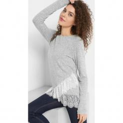 Asymetryczny sweter z koronką. Szare swetry klasyczne damskie marki Mohito, l, z asymetrycznym kołnierzem. Za 69,99 zł.