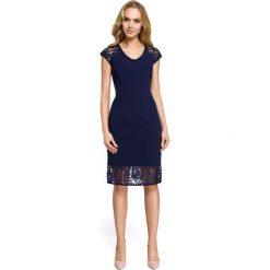 ADELE Sukienka z koronkowymi rękawami - granatowa. Niebieskie sukienki koronkowe Moe, na imprezę, w koronkowe wzory, z dekoltem w serek, proste. Za 136,99 zł.