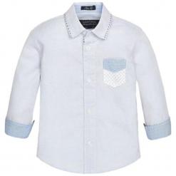 Koszula w kolorze biało-jasnoniebieskim. Białe koszule chłopięce marki Mayoral, z klasycznym kołnierzykiem. W wyprzedaży za 62,95 zł.