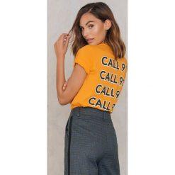 NA-KD Trend T-shirt Call 911 - Orange,Yellow. Pomarańczowe t-shirty damskie NA-KD Trend, z nadrukiem, z bawełny, z okrągłym kołnierzem. W wyprzedaży za 40,48 zł.