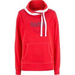 Bluza z golfem bonprix truskawkowy z nadrukiem. Czerwone bluzy z nadrukiem damskie bonprix. Za 74,99 zł.