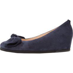 Högl Czółenka na koturnie dark blue. Niebieskie buty ślubne damskie HÖGL, z materiału, na koturnie. Za 599,00 zł.