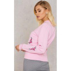 Bluzy rozpinane damskie: Andrea Hedenstedt x NA-KD Bluza z haftem - Pink