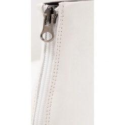 L'INTERVALLE GEORGETTE Ankle boot white. Białe botki damskie na zamek L'INTERVALLE, z materiału. Za 509,00 zł.