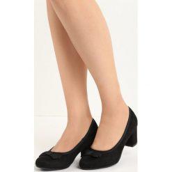 Czarne Czółenka Stage Diva. Czarne buty ślubne damskie marki Born2be, z materiału, na niskim obcasie, na słupku. Za 59,99 zł.