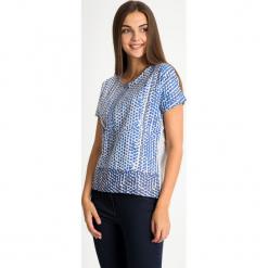 Szara bluzka w niebieskie kółka QUIOSQUE. Niebieskie bluzki z odkrytymi ramionami marki QUIOSQUE, z nadrukiem, z bawełny, biznesowe, z dekoltem w łódkę, z krótkim rękawem. W wyprzedaży za 59,99 zł.