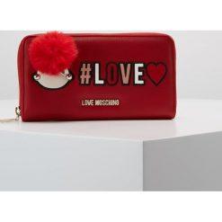 Love Moschino PATCH WALLET Portfel rosso. Czerwone portfele damskie marki Love Moschino. Za 419,00 zł.