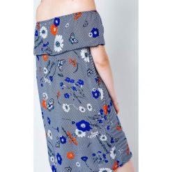 Sukienki balowe: Sukienka z dekoltem carmen zdobiona nadrukiem w kwiaty i motyle granatowa