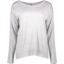 Sweter w kolorze szarym. Szare swetry klasyczne damskie marki Benetton, s, z dzianiny, z okrągłym kołnierzem. W wyprzedaży za 54,95 zł.