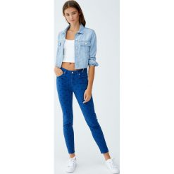 Wzorzyste jeansy skinny fit. Niebieskie jeansy damskie relaxed fit Pull&Bear, z jeansu. Za 99,90 zł.